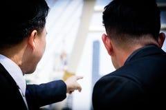 Azjatycki biznesmen wskazywać posyłać i patrzeć, Zdjęcie Stock