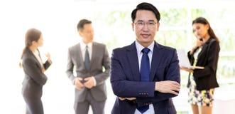 Azjatycki biznesmen z biznes drużyną obraz royalty free