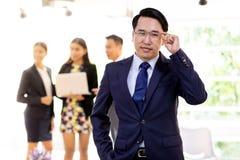 Azjatycki biznesmen z biznes drużyną zdjęcie stock