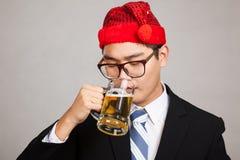 Azjatycki biznesmen z partyjnym kapeluszem, napoju piwo Obraz Royalty Free