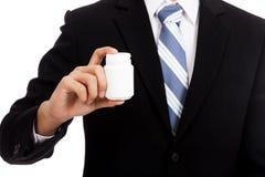 Azjatycki biznesmen z pigułki butelką Fotografia Stock