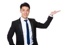 Azjatycki biznesmen z ręki przedstawieniem z puste miejsce znakiem Obraz Stock