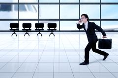 Azjatycki biznesmena bieg w lotnisku Obraz Royalty Free