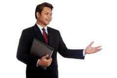 Azjatycki biznesmena chwyt falcówka opowiada someone Obrazy Stock