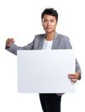 Azjatycki biznesmena chwyt z białym plakatem Zdjęcie Stock