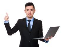 Azjatycki biznesmena chwyt z notebookiem i kciukiem w górę gestu Zdjęcia Royalty Free