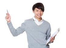 Azjatycki biznesmena chwyt z schowkiem up i pióro punktem Zdjęcia Royalty Free