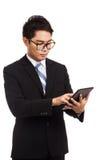 Azjatycki biznesmena dotyka ekran pastylka pecet Obrazy Royalty Free