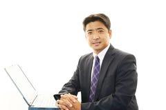 Azjatycki biznesmena obsiadanie Przy biurkiem Pracuje Na laptopie Fotografia Royalty Free