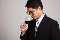 Azjatycki biznesmena odoru aromat czerwone wino Zdjęcia Stock