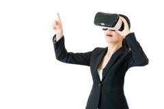 Azjatycki biznesowej kobiety punktu ekran VR słuchawki szkłami fotografia royalty free
