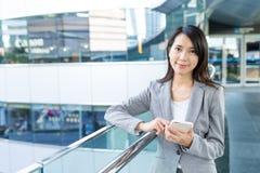 Azjatycki biznesowej kobiety use telefon komórkowy przy plenerowym Obrazy Royalty Free