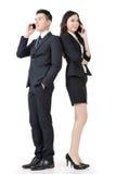 Azjatycki biznesowy mężczyzna i kobieta bierzemy wezwanie Zdjęcia Royalty Free