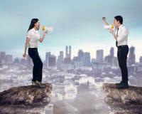 Azjatycki biznesowy mężczyzna i kobieta krzyczymy each inny Obrazy Stock