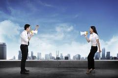 Azjatycki biznesowy mężczyzna i kobieta krzyczymy each inny Fotografia Stock