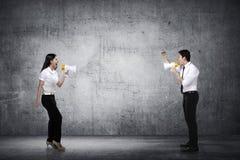Azjatycki biznesowy mężczyzna i kobieta krzyczymy each inny Fotografia Royalty Free