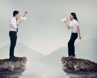 Azjatycki biznesowy mężczyzna i kobieta krzyczymy each inny Obraz Stock