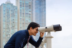 Azjatycki biznesowy mężczyzna patrzeje miasto z lornetkami Obraz Royalty Free