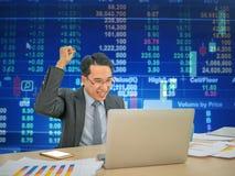 Azjatycki biznesowy mężczyzna siedzi bardzo szczęśliwego zdjęcia stock