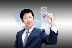 Azjatycki biznesowy mężczyzna wybiera na pudełku czek ocenę Zdjęcia Royalty Free