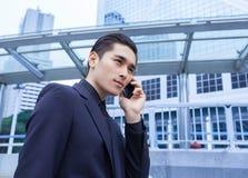 Azjatycki biznesowy mężczyzna z Mądrze telefonem Zdjęcia Stock