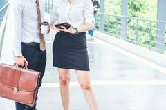 Azjatycki Biznesowy pary spotkanie Używa cyfrową pastylkę plenerową póżniej zdjęcie royalty free