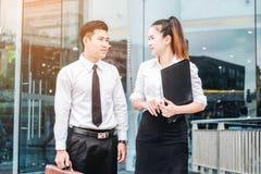 Azjatycki Biznesowy pary spotkanie wewnątrz outdoors po pracy obrazy stock