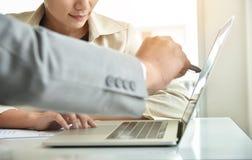 Azjatycki bizneswoman dyskutuje z biznesmenem zdjęcie stock