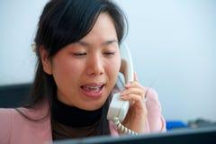 Azjatycki bizneswoman opowiada telefonem fotografia stock