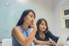 Azjatycki bizneswoman pracuje na laptopie w biurze zdjęcia stock