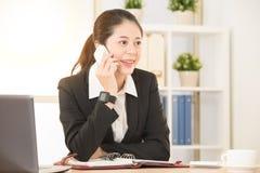 Azjatycki bizneswoman pracuje przy osobistym studiiem Zdjęcie Stock