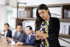 Azjatycki bizneswoman pracuje z mądrze pastylką obrazy royalty free