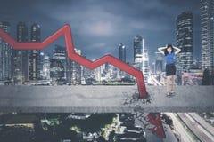 Azjatycki bizneswoman stoi blisko zmniejszający się strzała Zdjęcie Royalty Free