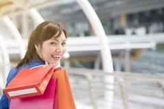 Azjatycki bizneswoman trzyma kolorowych papierowych torba na zakupy na ręce Zdjęcie Royalty Free