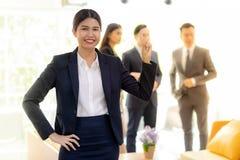 Azjatycki bizneswoman z biznes drużyną obraz stock