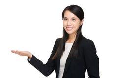 Azjatycki bizneswoman z ręką pokazuje puste miejsce znaka Zdjęcie Stock