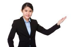Azjatycki bizneswoman z ręką pokazuje puste miejsce znaka Fotografia Stock