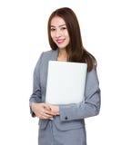 Azjatycki bizneswomanu chwyt z laptopem obraz stock