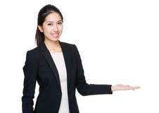 Azjatycki bizneswomanu przedstawienie z puste miejsce znakiem Obrazy Royalty Free