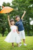 Azjatycki brat i siostra ma zabawę w parku obrazy stock