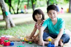Azjatycki brat i siostra ma zabawę w parku zdjęcie royalty free