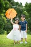 Azjatycki brat i siostra ma zabawę w parku Zdjęcia Royalty Free