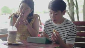 Azjatycki chłopak z siostrą lubi bawić się i jeść na komputerze z uśmiechem zbiory wideo