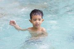 Azjatycki chłopiec szkolenia pływanie. Obrazy Royalty Free