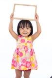 Azjatycki Chiński małej dziewczynki mienia pustego miejsca whiteboard Fotografia Royalty Free