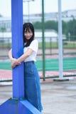 Azjatycki Chiński student uniwersytetu cieszy się czas wolnego przy kampusem Zdjęcie Stock