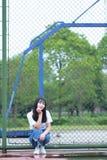Azjatycki Chiński student uniwersytetu cieszy się czas wolnego przy kampusem Zdjęcie Royalty Free