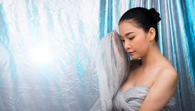 Azjatycki czarni włosy kobiety srebra błękita lodu tło obrazy stock