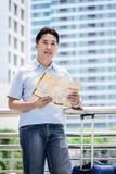 Azjatycki dorosły turysta patrzeć podróżować i planować obraz royalty free