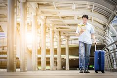 Azjatycki dorosły turystyczny odprowadzenie i podróż z dużą błękitną torbą trav zdjęcia stock
